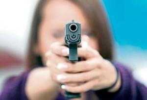 mujer-apuntando-con-pistola