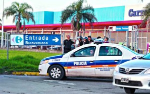 policía-custodiando-Carrefour-Campana
