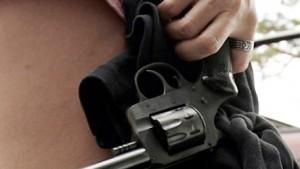mujer-con-revólver