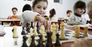 niños-jugando-ajedrez
