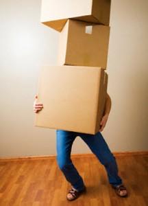 mujer-cargando-cajas