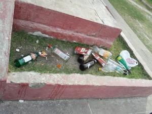 000-basura-monumento-San-Martín